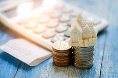 Huismodel en muntstukken met calculator en Royalty-vrije Stock Afbeelding