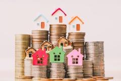 Huismodel op muntstukkenstapel De planning van besparingengeld van muntstukken om een huisconcept, een hypotheek en een onroerend royalty-vrije stock foto