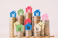 Huismodel op muntstukkenstapel De planning van besparingengeld van muntstukken om een huisconcept, een hypotheek en een onroerend royalty-vrije stock fotografie