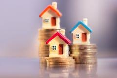 Huismodel op muntstukkenstapel de planning van besparingengeld van muntstukken om een huisconcept te kopen royalty-vrije stock afbeelding