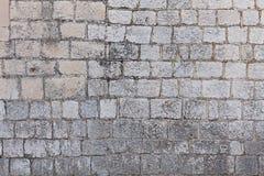 Huismuur van natuursteen wordt gemaakt dat Royalty-vrije Stock Afbeeldingen