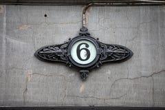 Huisnummer bij de oude bouw Royalty-vrije Stock Afbeeldingen