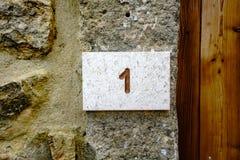 Huisnummer 1 in steen wordt gegraveerd die Stock Fotografie