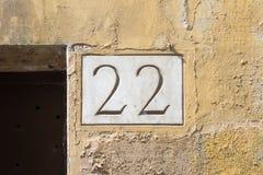 Huisnummer 22 in steen wordt gegraveerd die Stock Afbeeldingen