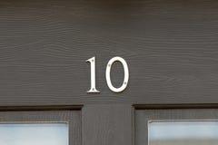 Huisnummer 10 teken op deur Royalty-vrije Stock Foto's