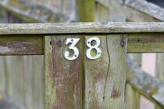 Huisnummer 38 teken op poort Stock Afbeelding