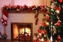 Huisopen haard in de Kerstmisdecoratie royalty-vrije stock afbeeldingen