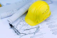 Huisplan met de helm van een bouwvakker Stock Afbeelding