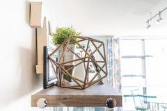 Huisplank met decoratieve knickhandigheden, met inbegrip van een geometrisch draadvoorwerp, een brief ?t ?, omlijstingen en een p stock afbeelding