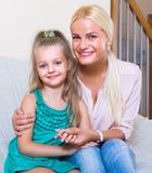 Huisportret van jonge moeder met kind Stock Foto's