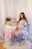 Huisportret van zwangere vrouw Stock Fotografie