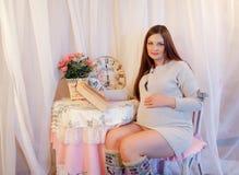 Huisportret van zwangere vrouw Stock Afbeelding