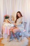 Huisportret van zwangere vrouw Stock Foto