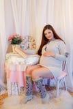 Huisportret van zwangere vrouw Stock Afbeeldingen
