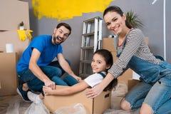 Huisreparatie Bewegende jonge familie aan nieuwe flat Reparatie binnenshuis voor verkoop stock afbeelding