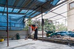 Huisreparatie, bouw van een waterdichte en isolatiedekking op het terras van een huis Stock Foto