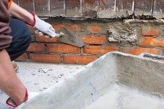 Huisreparatie Bouwvakker die een troffel houden Stock Afbeeldingen