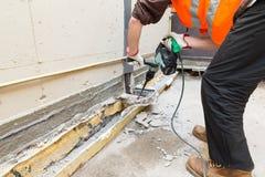 Huisreparatie Metselaar met professionele pneumatische hamer Royalty-vrije Stock Afbeeldingen