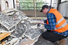 Huisreparatie Stapel van oud isolerend die polyurethaanschuim tijdens het uitgravingswerk wordt verwijderd van een dak - terras Royalty-vrije Stock Afbeelding