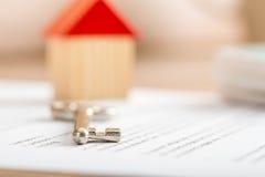 Huissleutel die op een contract liggen royalty-vrije stock afbeeldingen