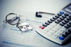 Huissleutel met de toepassing van de hypotheeklening stock foto's
