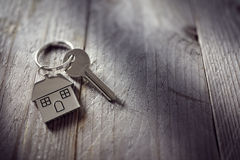 Huissleutel op keychain stock afbeeldingen