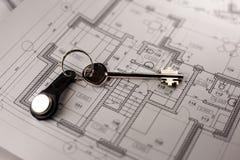 Huissleutels op blauwdrukdocument - eigenschappen en onroerende goederenconcept royalty-vrije stock afbeelding
