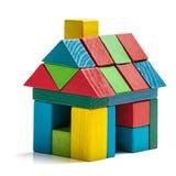 Huisstuk speelgoed blokken op witte achtergrond, weinig houten huis Stock Fotografie