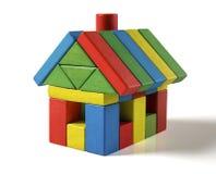 Huisstuk speelgoed blokken op witte achtergrond, weinig houten huis Stock Afbeeldingen