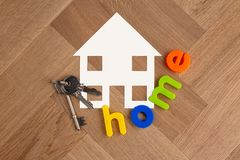 Huissymbool met sleutels op houten vloer royalty-vrije stock afbeeldingen