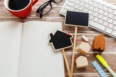 Huisverkoop en huurteken met leeg notitieboekje Royalty-vrije Stock Afbeelding