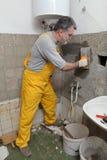 Huisvernieuwing, metselaar het bevestigen muur Stock Foto's