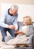 Huisverzorger en hogere patiënt Stock Foto's