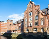 Huisvest dichtbij Herrengrabenfleet-kanaal in Hamburg Stock Foto