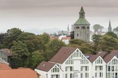 Huisvesting en kathedraaltoren in het centrum van Stavanger Noorwegen royalty-vrije stock afbeeldingen