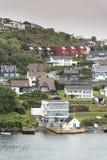 Huisvesting op de ingang aan Stavanger Noorwegen stock afbeelding