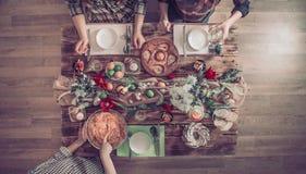 Huisviering van vrienden of familie bij de feestelijke lijst royalty-vrije stock foto's