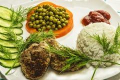 Huisvoedsel Kotelet van gehakt met gekookte rijst en verse ve Stock Foto