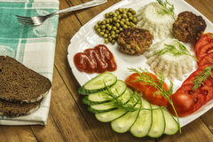 Huisvoedsel Verse groenten en gekookte rijst met vleeskoteletten Royalty-vrije Stock Foto