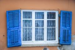 Huisvoorgevel met houten blauw blind royalty-vrije stock fotografie