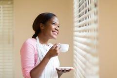 Huisvrouw die koffie hebben Stock Foto