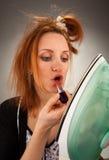 Huisvrouw die lippenstift gebruikt Stock Foto's
