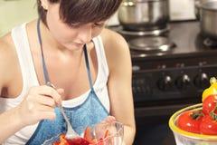 Huisvrouw die salade mengt Royalty-vrije Stock Afbeelding