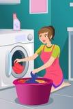 Huisvrouw die wasserij doen Stock Fotografie