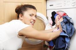 Huisvrouw die wasserij doet stock afbeelding