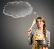 Huisvrouw die wat denken om te koken stock fotografie