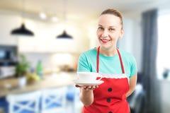 Huisvrouw of dienstmeisje die een kop van koffie aanbieden royalty-vrije stock afbeeldingen