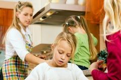 Huisvrouw en kinderen Stock Afbeeldingen