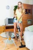 Huisvrouw het schoonmaken met stofzuiger Royalty-vrije Stock Afbeelding