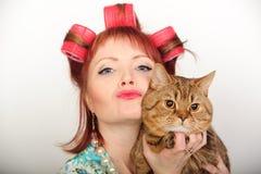 Huisvrouw met een kat Royalty-vrije Stock Foto's